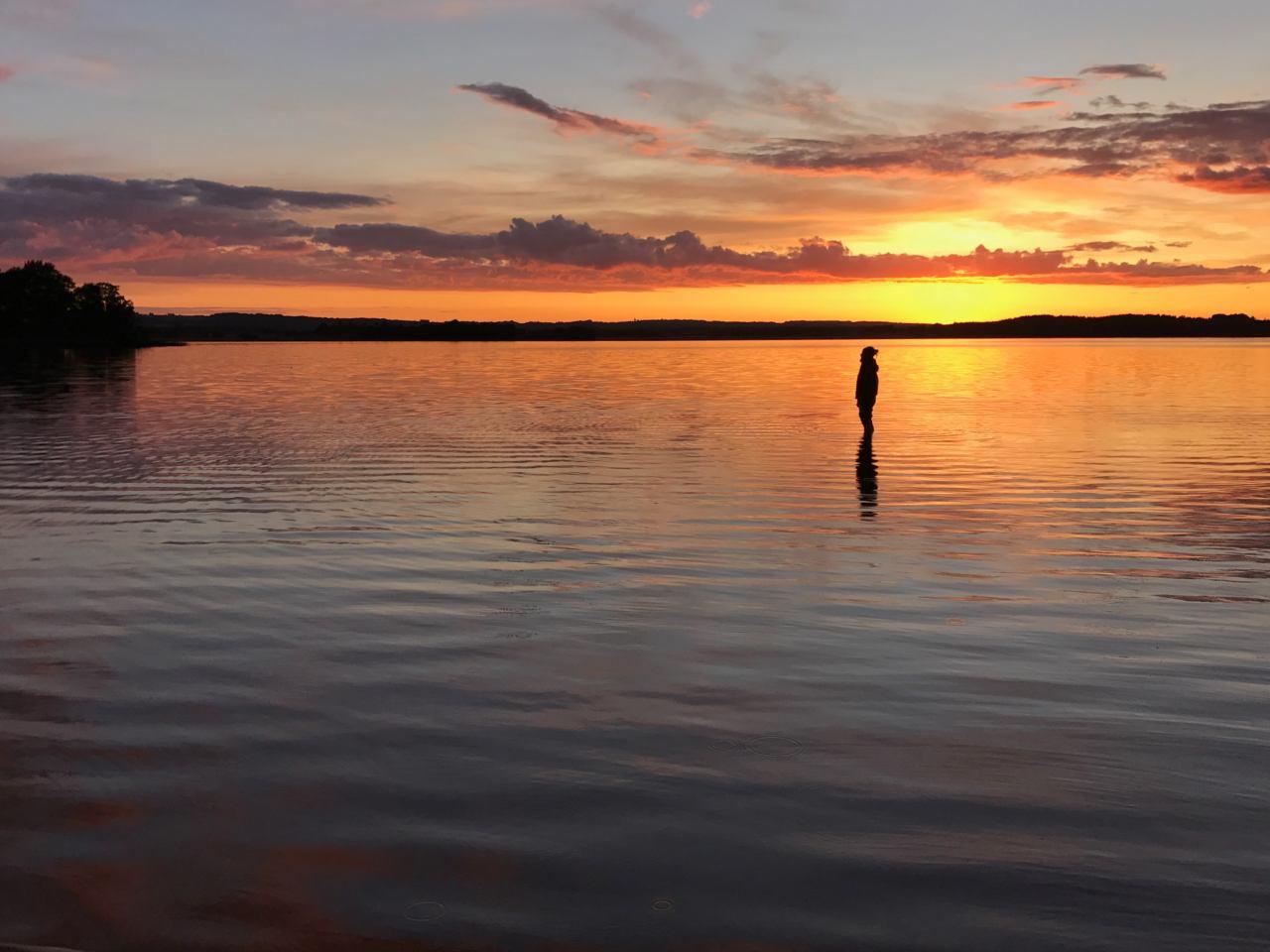 Solnedgång över den långgrunda sjön.