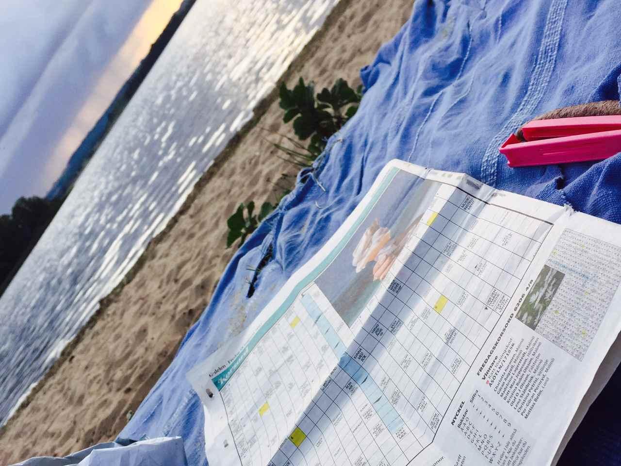 Korsord i strandkanten.